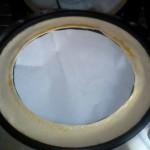 ボンドが付かないよう、下に紙を敷いてからボンドを伸ばします。